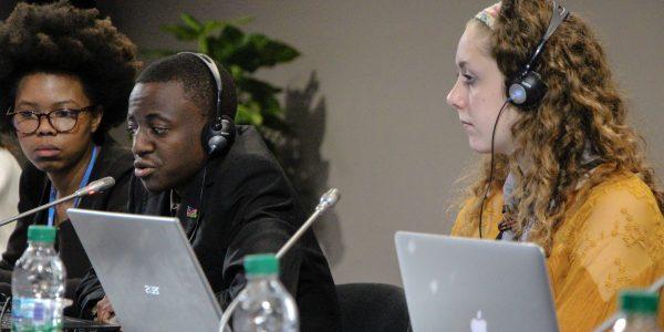"""Jugendliche im Gespräch mit dem Präsidenten der <span class=""""caps"""">COP22</span> Salaheddine Mezouar, <span class=""""caps"""">UNFCCC</span> Executive Secretary Particia Espinoza (Nachfolgerin von Christiana Figueres) und Adriana Valenzuela aus dem <span class=""""caps"""">UNFCCC</span> Sekretariat"""